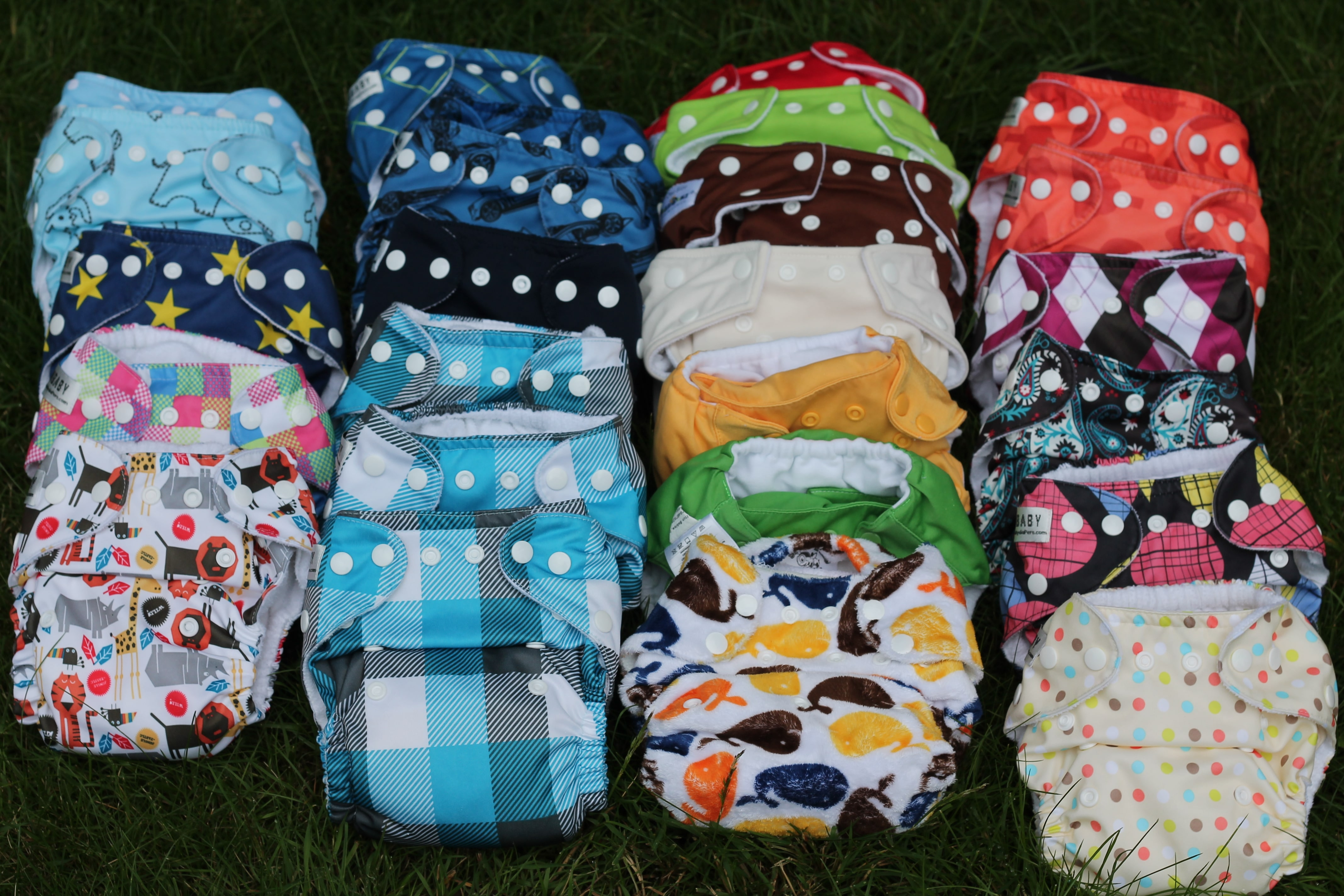 cloth vs diapers Today, the words cloth diaper bring to mind a double-layer cloth wrapped around a baby, fastened with safety pins although these still exist, there are newer and improved versions of a cloth diaper, complete with waterproof liner, softer fabric and dozens of snaps to make them super adjustable.